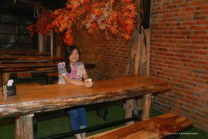 cafe Instagramable di Medan, Meja dan kursi yang terbuat dari kayu solid