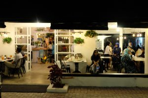 cafe Instagramable di Medan, suasana di depan Kito Art Cafe
