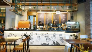 Konig Cafe dan Bar, tempat ngopi favorit di Surabaya, Carimakanaja.com